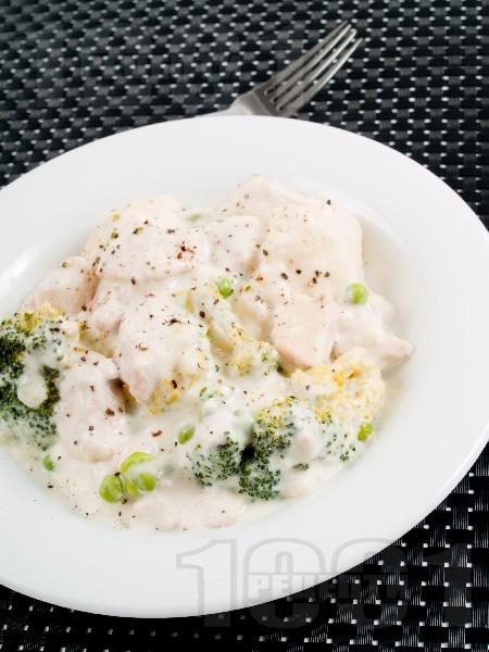 Задушени пилешки хапки с броколи и сметанов сос - снимка на рецептата